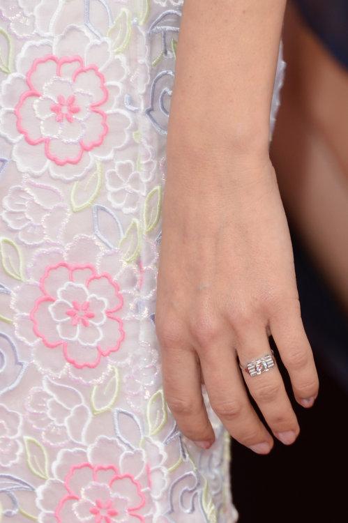 Сиенна Миллер носит винтажное кольцо викторианской эпохи