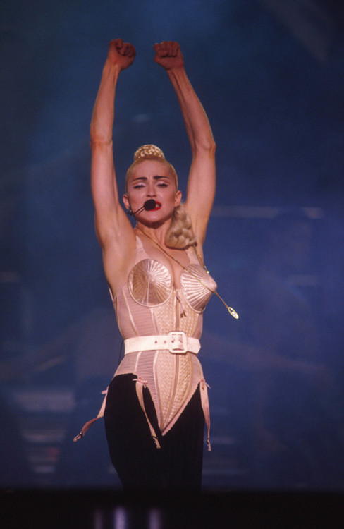 Тур Blond Ambition Tour, 1990 рік (конусоподібний корсет Jean-Paul Gaultier)