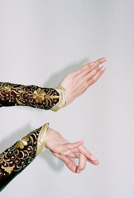 Традиційні рукави «ель кабам» з фестонами на манжетах і золотою вишивкою.