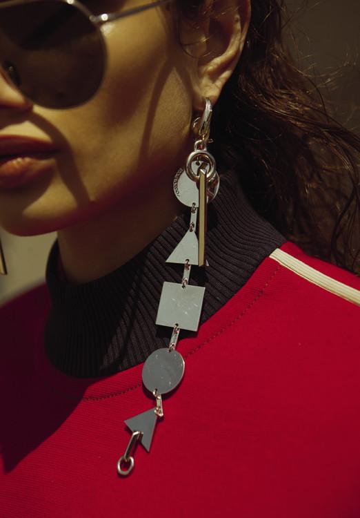 Топ из полиэстера, Prada; серьги из латуни, браслет, надетый, как серьга, латунь, все – Eddie Borgo; очки, AHLEM