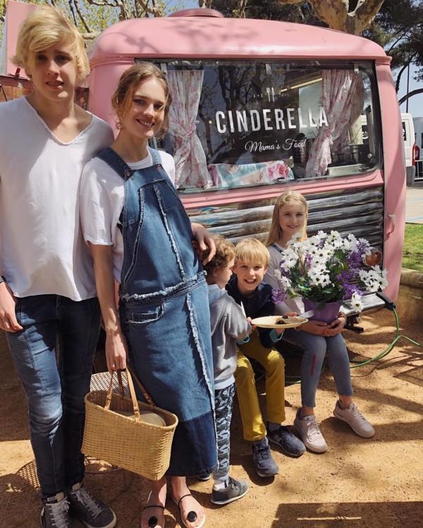 Наталья Водянова с сыновьями Виктором, Лукасом, Максимом и дочерью Невой (фото: Instagram @natasupernova)