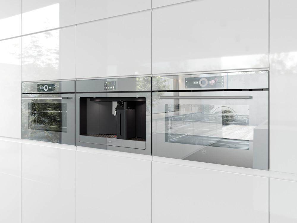 Специально для светлых кухонь V-ZUG впервые ввели в свою линейку платиновое зеркальное стекло, благодаря чему техника сливается с окружением.
