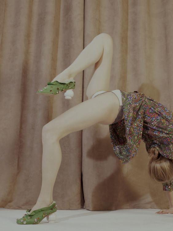 Платье из шелкового муслина, Vanessa Seward; трусы, FALKE; кожаные туфли, Mulberry