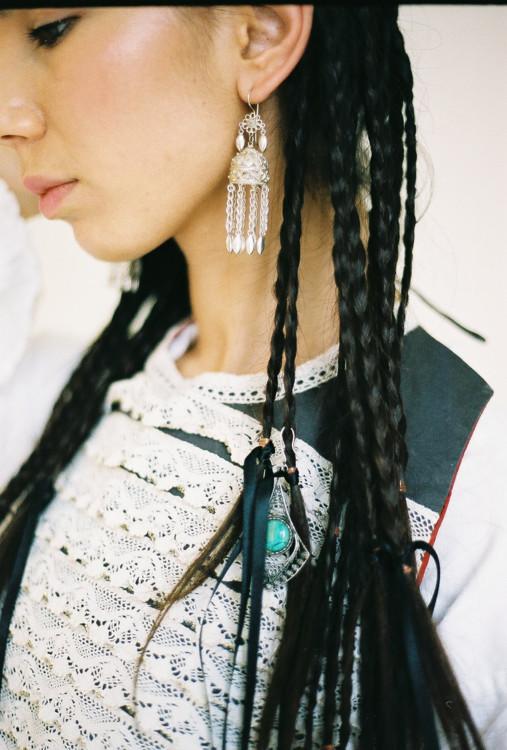 Волосся Аліме Карімової заплетене в тонкі коси — це традиційна зачіска незаміжніх кримськотатарських жінок.