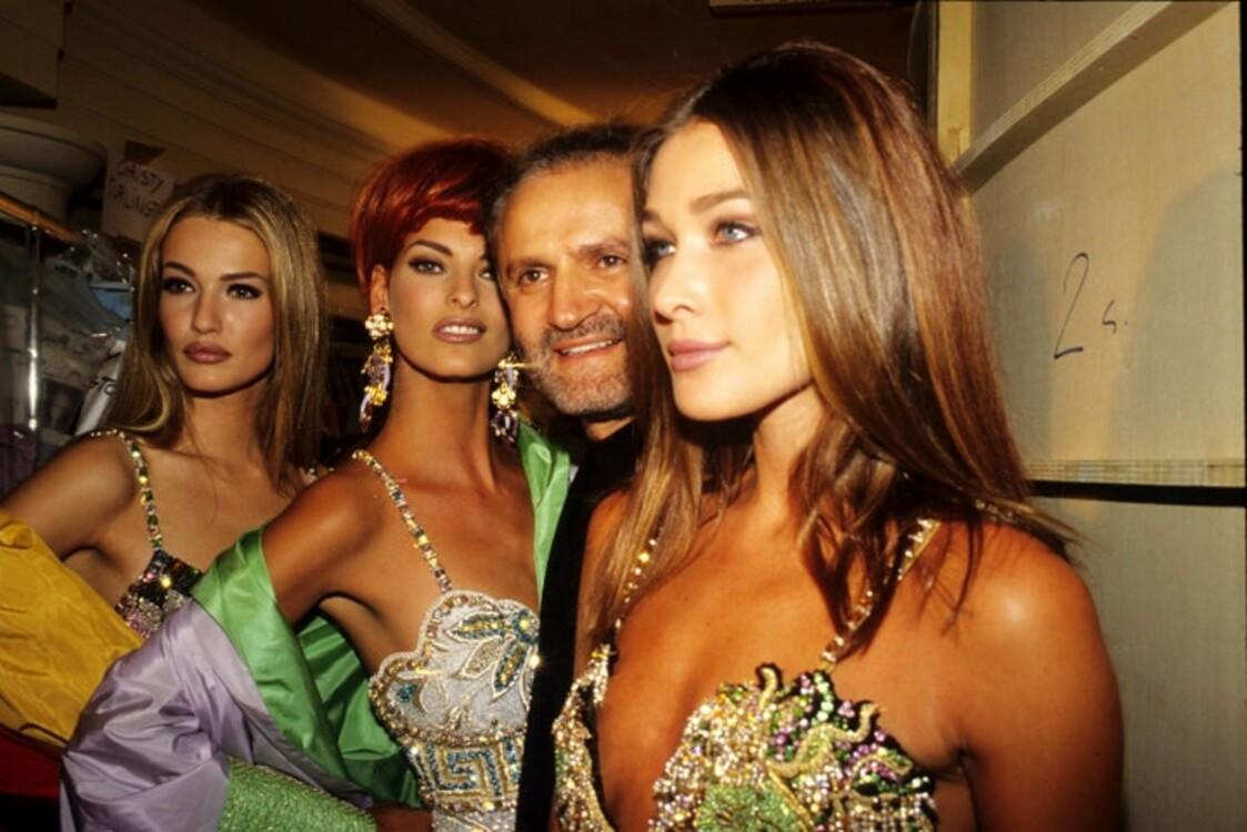 Карен Малдер, Линда Евангелиста, Джанни Версаче и Карла Бруни на показе мод Versace, проходившем в отеле Ritz в январе 1992 года