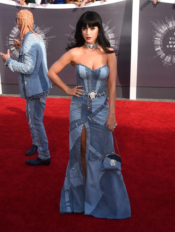 Кэти Перри в джинсовом платье в 2014 году на VMA.