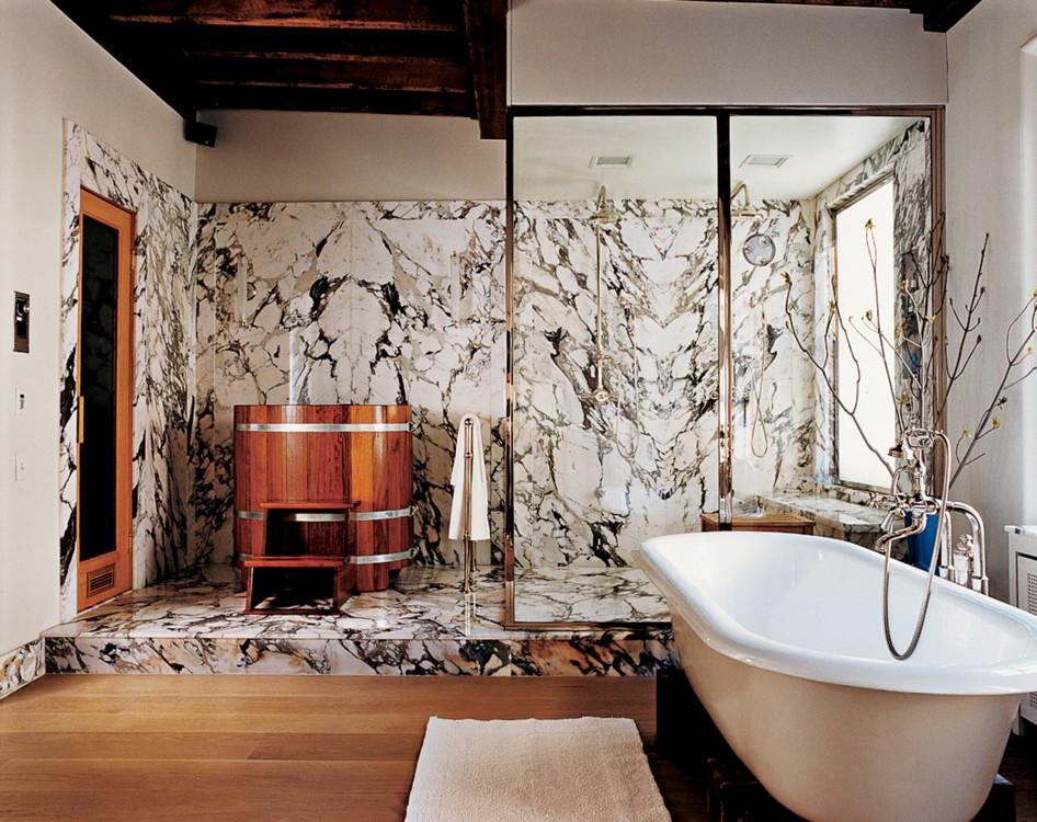 В доме Дэвида Цвирнера в Ист-Виллидж есть холодная деревянная ванна, а также более традиционное место для релакса.  Фото: Франсуа Алар, Vogue, 2005