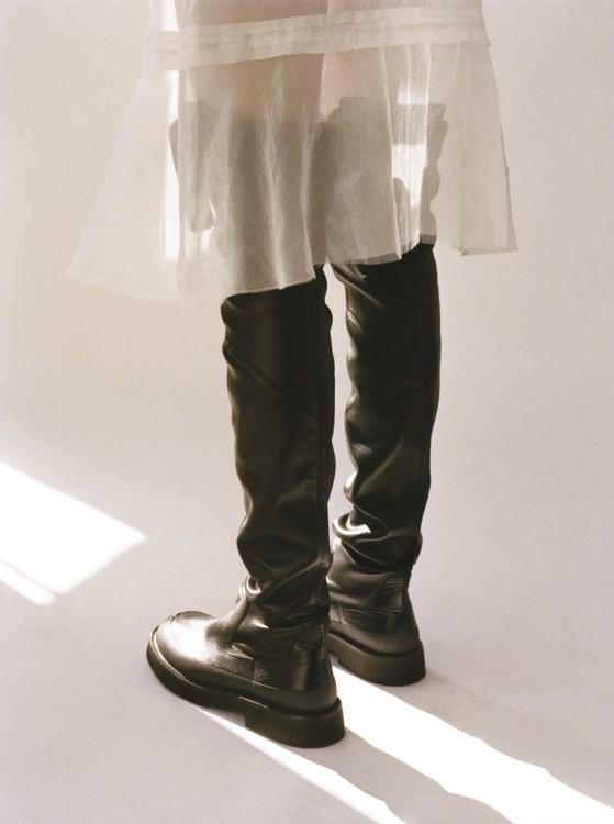 Шифоновое платье, кожаные сапоги, все – Céline