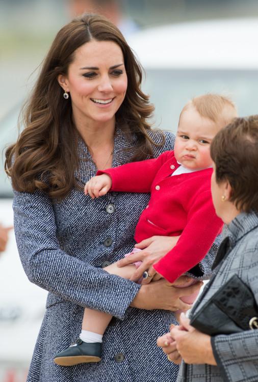 Недоумевающий принц Георг в аэропорту Канберры, Австралия