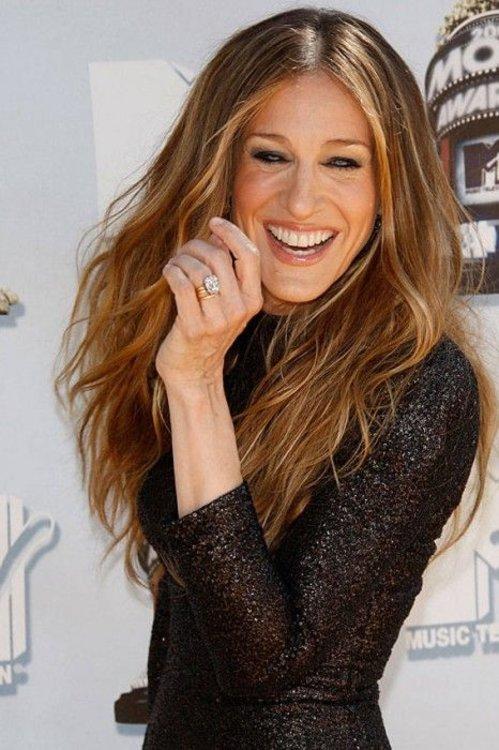 Сара Джессика Паркер носит кольцо с бриллиантом изумрудной огранки в платиновой оправе