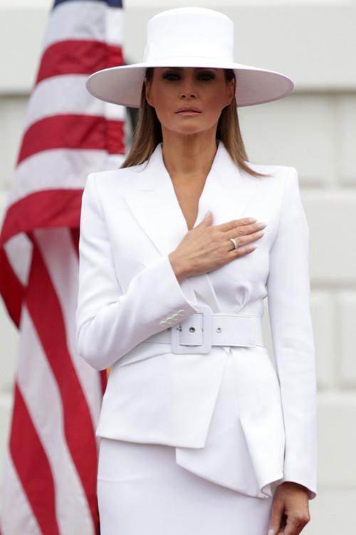 Мелания Трамп в белоснежном костюме Michael Kors, шляпе с широкими полями Hervé Pierre и кобальтовых лодочках Christian Louboutin