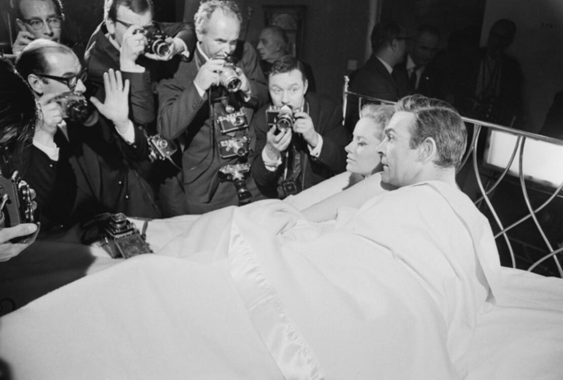 """Лучана Палуцці і Шон Коннері під час зйомок стрічки """"Кульова блискавка"""", 1965"""