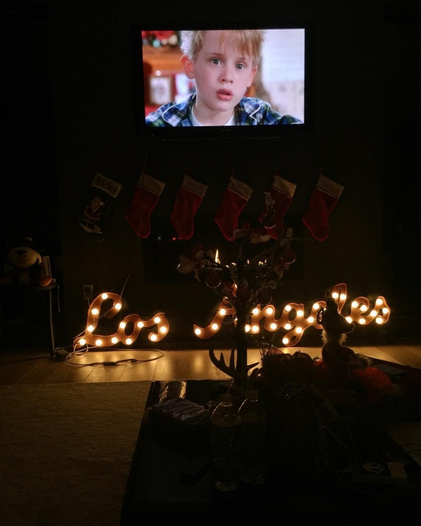 """Кьяра Ферраньи отмечает Рождество в Калифорнии в кругу семьи, пересматривая одну из самых новогодних комедий """"Один дома"""""""