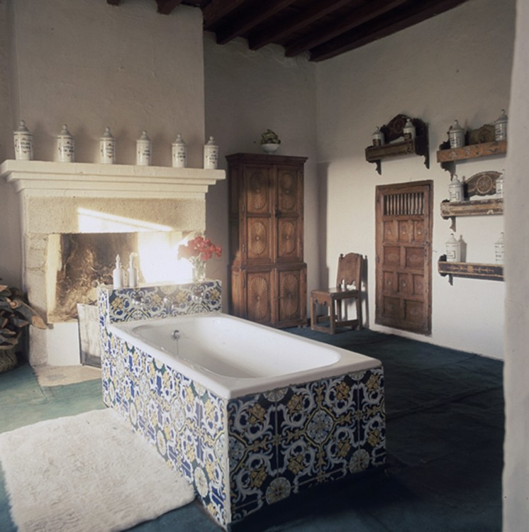 Красочная кафельная ванна в доме графини Романонес. Фото: Генри Кларк, Vogue, 1968