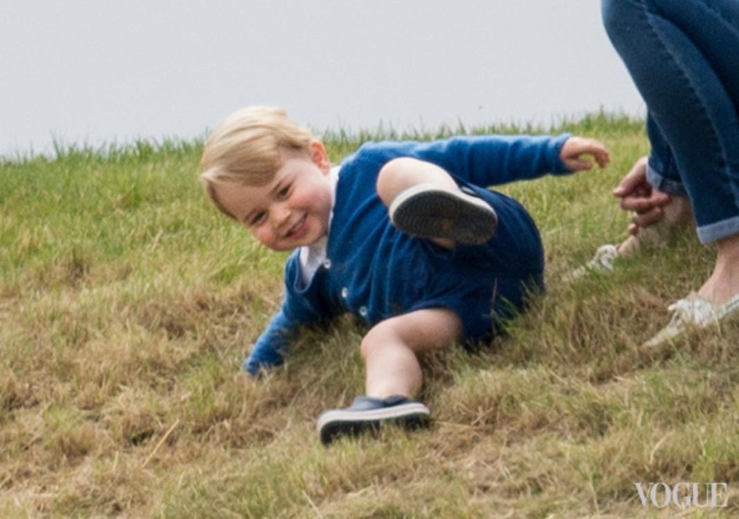 Принц Георг катается на траве во время конного поло-турнира в Глостершире