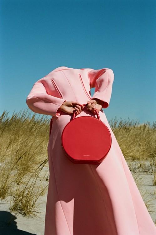 Пальто из хлопка, Kenzo; кожаная сумка Circle, Mansur Gavriel