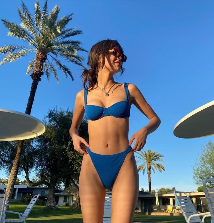 Оливия Родриго в Peony Swimwear