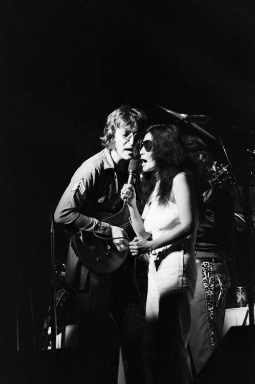 Джон Леннон і Йоко Оно під час концерту в Madison Square Garden, Нью-Йорк, 30 серпня 1972 року