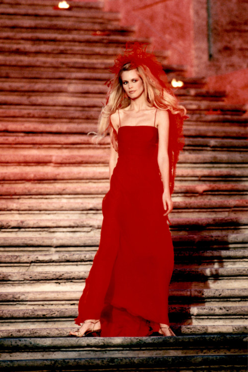 Клаудиа Шиффер во время показа Valentino Haute Couture осень-зима 1996/1997