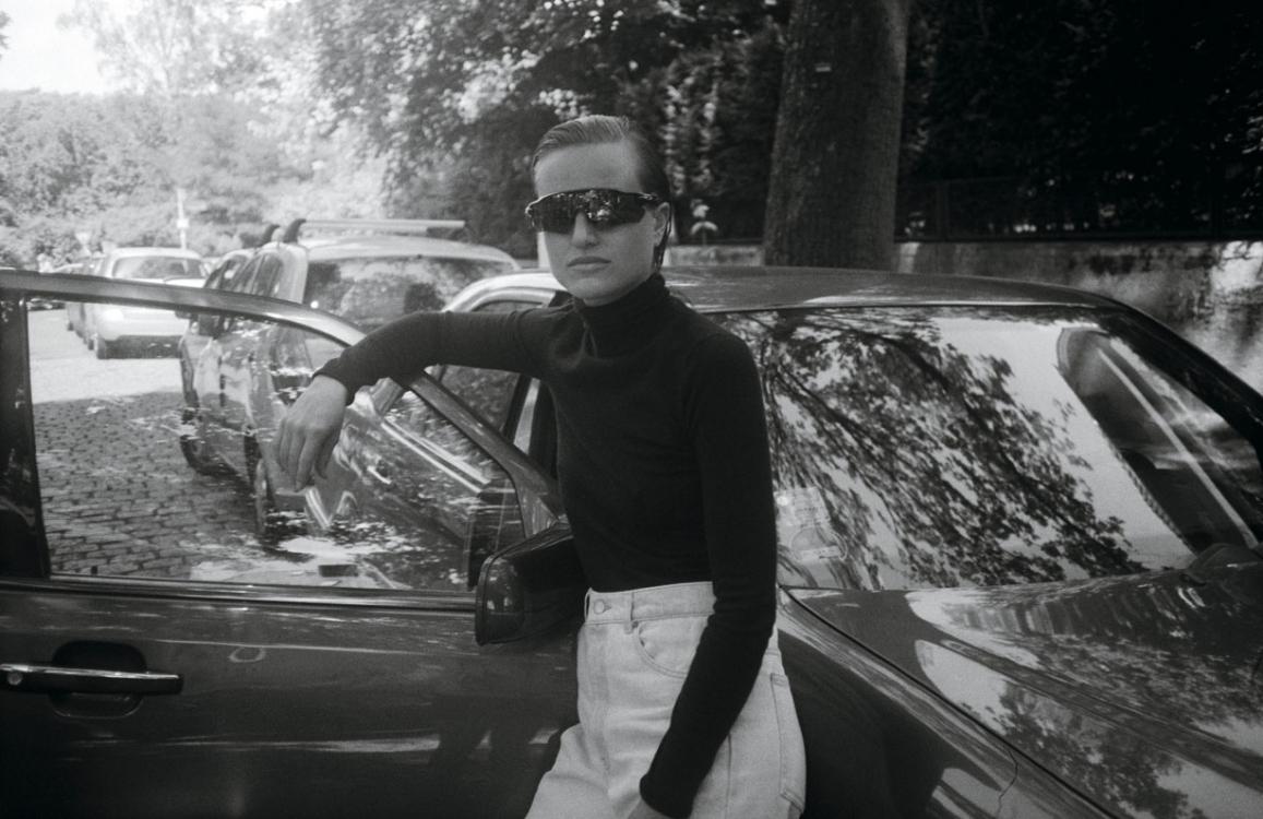 Кашемировая водолазка, кожаные ботинки, серьга, серебро, все – Dior; джинсы, Martine Rose; очки, Oakley