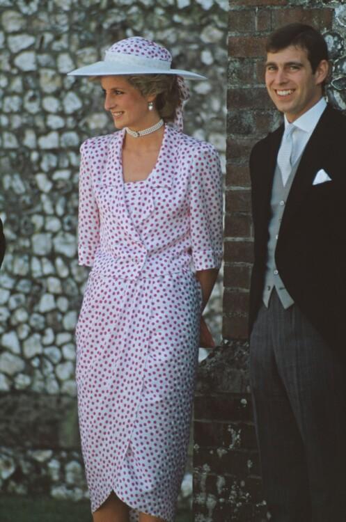Леди Диана с принцем Эндрю на свадьбе леди Кэролайн Герберт и Джона Уоррена в замке Хайклер, Хэмпшир, июль 1985 год
