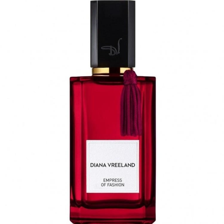 В основе аромата Empress of Fashion, Diana Vreeland, посвященного Диане Вриланд, – редкий букет шафрана, мимозы и роз. А флакон из красного стекла, украшенный пурпурной кистью, превращает его в произведение искусства