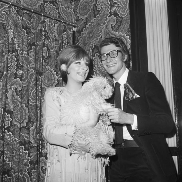 Барбра Стрейзанд зі своєю собакою Седді та Ів Сен-Лоран, Нью-Йорк, 1965