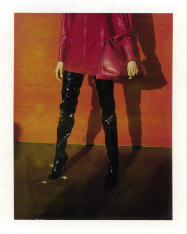 Платье из вискозы, кожаная сумка, все – Salvatore Ferragamo; лаковые ботфорты, Christian Louboutin