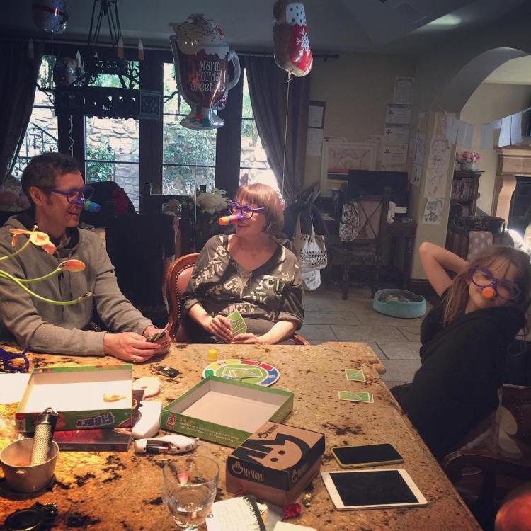 """Семья Миллы Йовович за игрой Fibber (""""Врунишка""""): """"Ничто не делает меня счастливее, чем эта сцена. Самые близкие, весело проводя время вместе, смеются на весь дом"""", – сообщает Милла Йовович"""