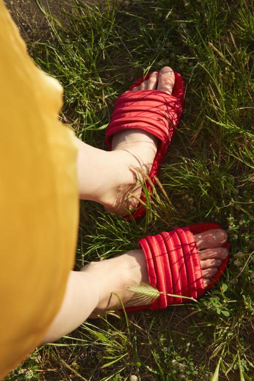 Атласное платье, Toga, шлепанцы из резины и атласа, Adidas Originals
