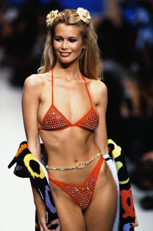 Клаудия Шиффер во время показа Chanel весна-лето 1995