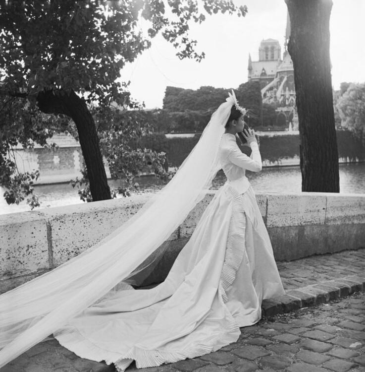 Модель у весільній сукні Balmain