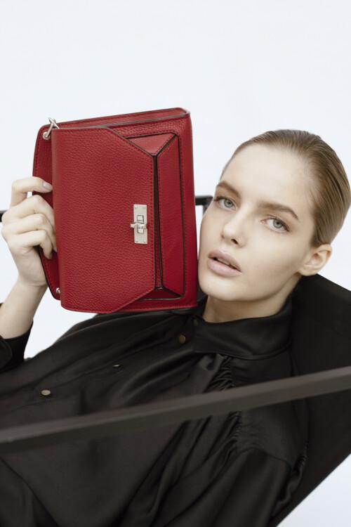 На фото: блуза Philosophy di Lorenzo Serafini, сумка Bally