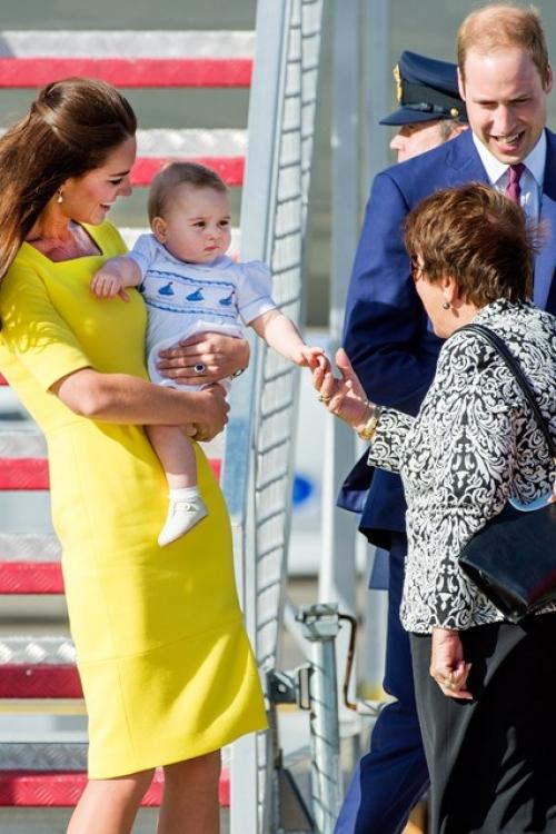 Принц Георг в аэропорту Сиднея в первый день его тура в Астралию