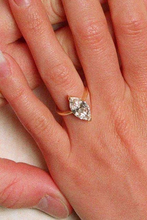 Обручальное кольцо Виктории Бэкхем грушевидной формы изумрудной огранки создано ювелирным Домом Asprey & Garrard и оценивается в 250 тысяч долларов.