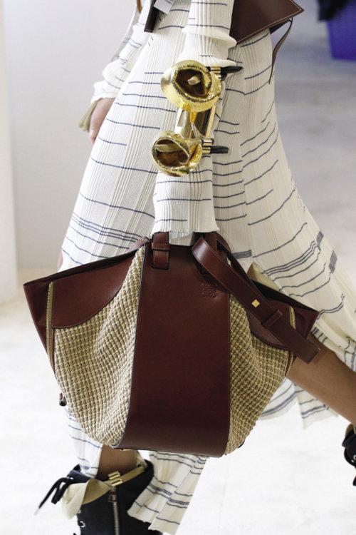 «Аксессуары Loewe – любимые в этом сезоне. Пояс буду носить не снимая – с любым платьем или рубашкой, а с сумкой поеду на Капри: ее можно взять и на пляж, и на ужин»