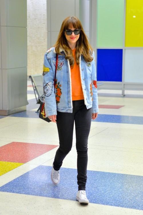 Дакота в джинсовой куртке Gucci