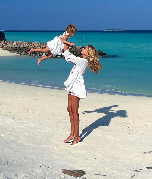Наташа Поли с дочерью Александрой Кристиной на Мальдивах