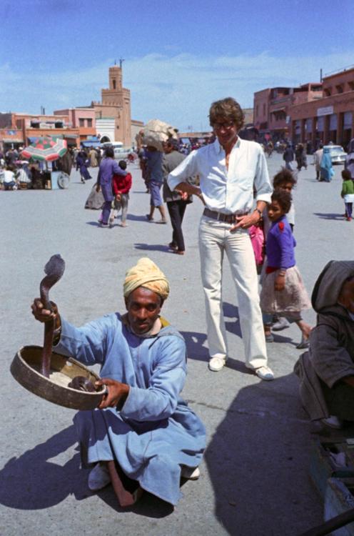 Ив Сен-Лоран на площади Джамаа-эль-Фна в Марракеше