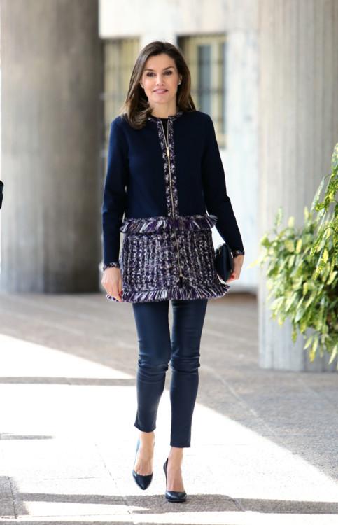 Пальто CH Carolina Herrera осень-зима 2015, кожаные легинсы Uterque, туфли Magrit, сумка 'Baret' CH Carolina Herrera, серьги Chanel