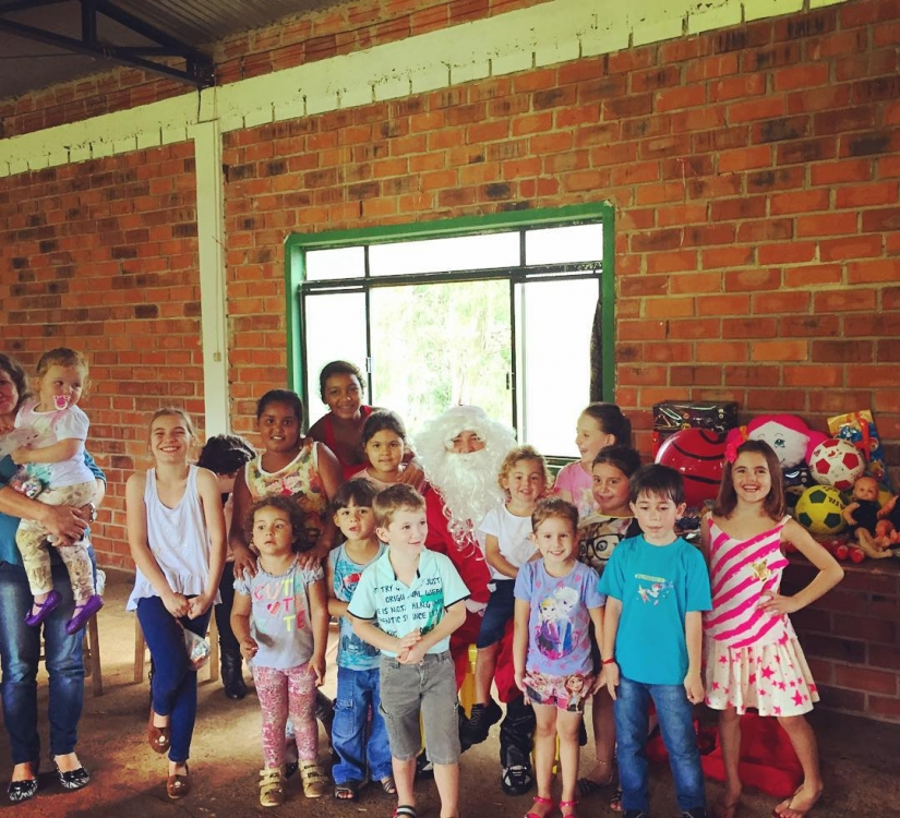 Алессандра Амбросио сводила своих детей к Санта-Клаусу: крайняя справа – дочь Амбросио Аня Луиза, на руках у Санты – сын Амбросио Ноа Феникс