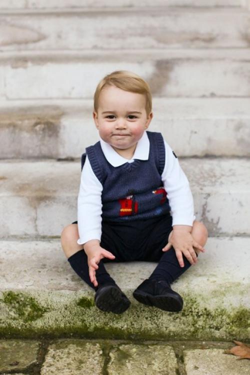 Официальнй портрет принца Георга, снятый накануне Рождества на ступеньках Кенсингтонского дворца