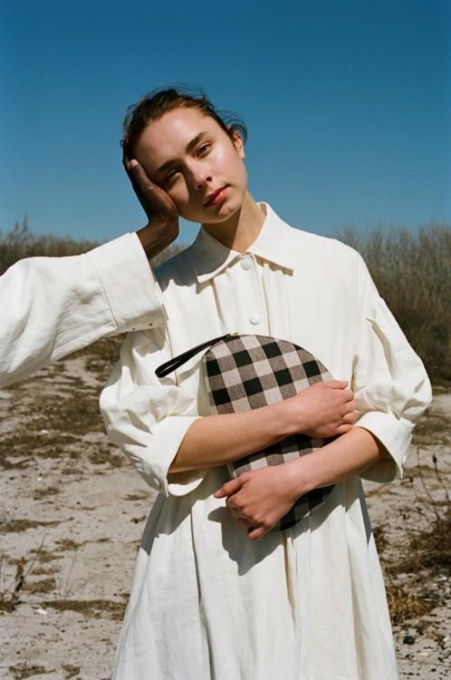 На Мелани: платье из хлопка, Sonia Rykiel; кожаная сумка Baguette, Mansur Gavriel На Трише: Жакет из хлопка, Sonya Rykiel
