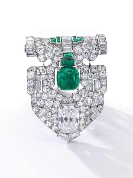 Лот 300- attractive emerald and diamond clip, Cartier, Sotheby's