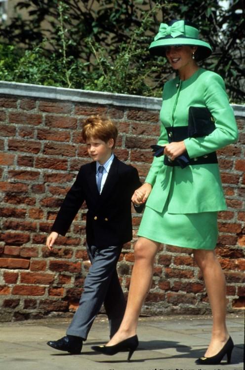 Леди Диана с принцем Гарри на свадьбе леди Хелен Виндзор и Тима Тейлора в Виндзоре, июль 1992 год