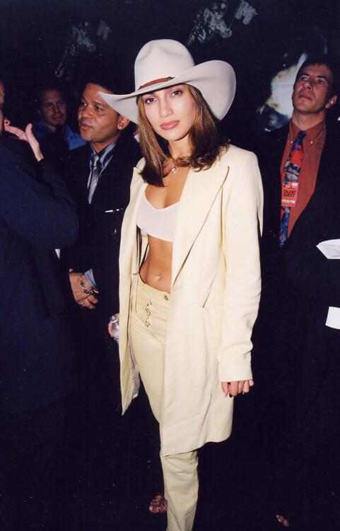 В 1998 году Дженнифер Лопес появилась на красной ковровой дорожке в кремовом костюме и ковбойской шляпе.