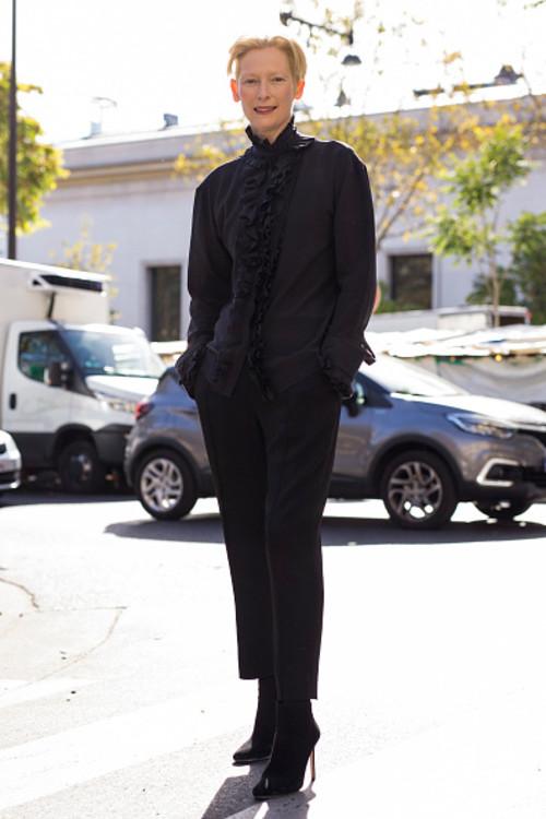 Тільда Свінтон у Haider Ackermann на Тижні моди у Парижі
