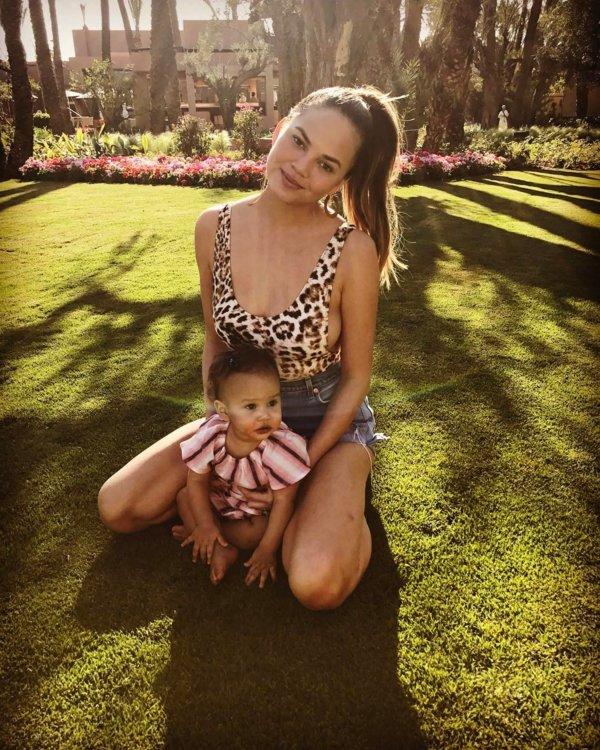 Крисси Тейген с дочерью Луной