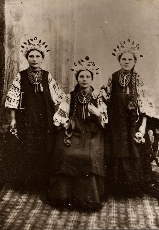 Дівчата з м. Бориспіль у святковому народному вбранні і оригінальних штучних віночках. 1907 р.