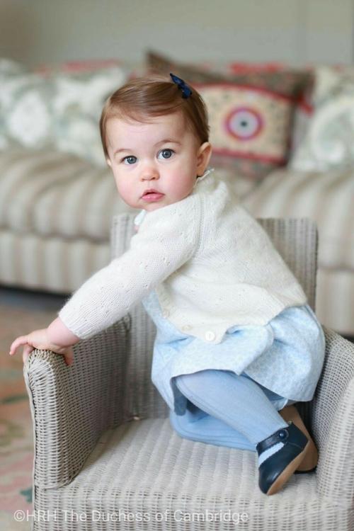Принцесса Шарлотта в загородной резиденции герцогов Кембриджских Анмер Холле, апрель 2016 года. Фото сделано герцогиней Кэтрин